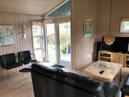 Charmerende og hyggeligt moderniseret 91m2 sommerhus, 300m fra dejlig sandstrand i Fjellerup