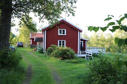 Ødegårdsperle i Hallandskoven,  med 3 minutter til fiske sø og 5 minutters kørsel til badesø.